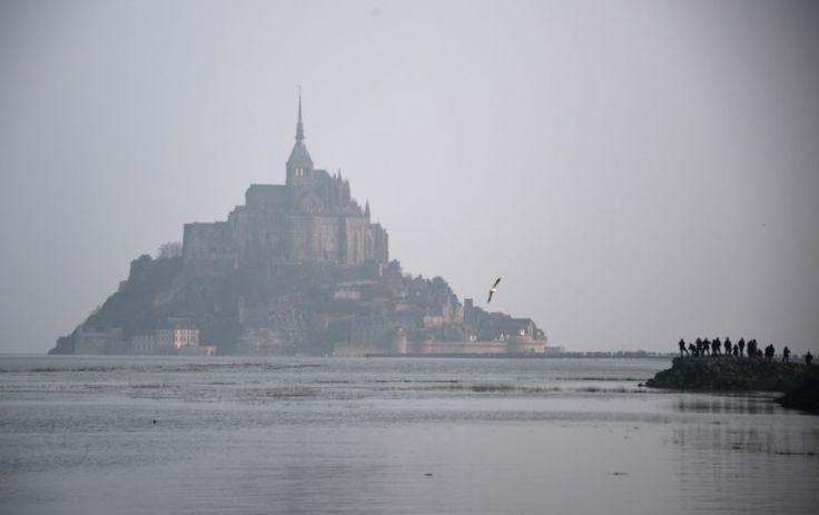 """La marée du siècle dans la baie du Mont Saint-Michel Des milliers de pêcheurs, d'observateurs et de curieux vont pouvoir profiter de la première grande """"marée du siècle"""" dans la baie du Mont Saint-Michel. Photo : AFP"""