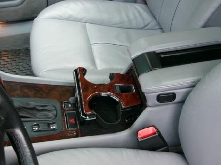 6. Lorsque vous conduisez, le porte-gobelet se trouve à votre droite, une vraie galère.