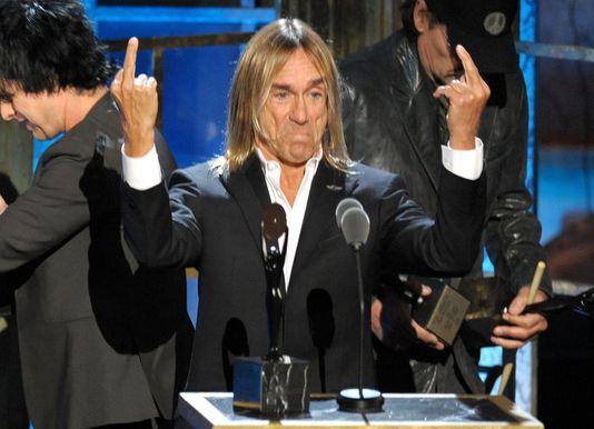 Le gaucher Iggy Pop, qui démontre ici qu'il est ambidextre. AFP/Michael Loccisano