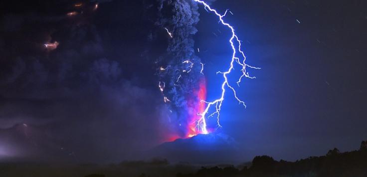 Une vue de l'éruption depuis Frutillar, au sud du Chili, le 23 avril 2015. © MARTIN BERNETTI / AFP