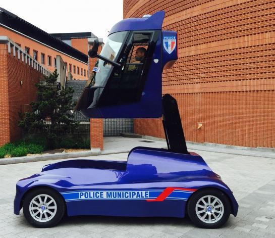 Evry le 11 avril. Cette voiture française est munie d'un bras télescopique montant à 3,50 m de hauteur. Idéal pour surveiller ce qui se passe dans une foule, sur des parkings. (DR.)