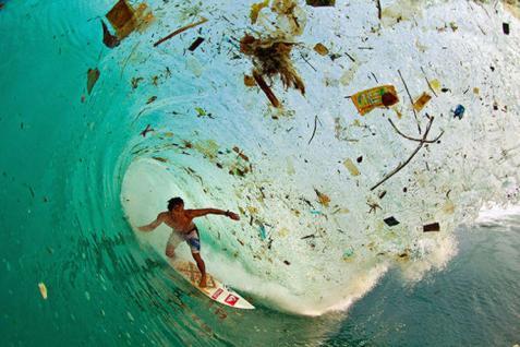 Un surfeur en Indonésie où les plages sont des poubelles par Zak Noyle