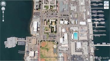 Un complexe de bâtiments qui a la forme d'une croix gamée (32°40'34.19″N 117° 9'27.58″W), Coronado, Californie, États-Unis