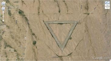 Un triangle géant au milieu de l'Arizona (33,747252, -112,633853) Wittmann, Arizona, USA