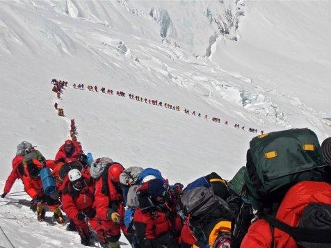 Des alpinistes escaladant l'Everest en mai 2013