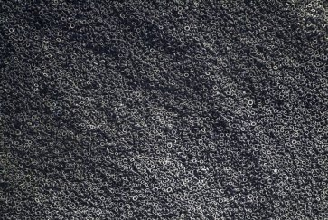 Une vue aérienne d'une décharge de pneus usagés
