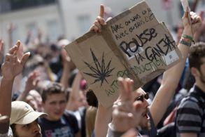 """Une banderole """"Une autre politique des drogues est possible"""" ou des panneaux """"La Ganja pour tous"""" étaient aussi visibles."""