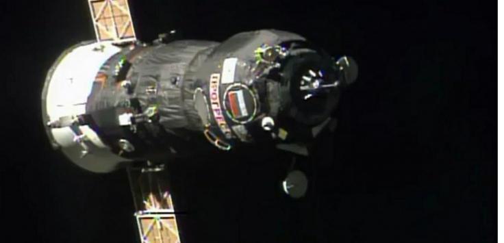 Le 28 juillet 2013, le cargo Progress 52 en approche de la station spatiale internationale. ©HO / NASA TV / AFP