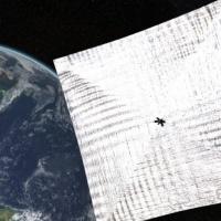 Décollage d'un satellite à voile et un drone militaire