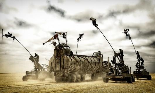 Le camion-citerne de Charlize Theron attaqué par des guerriers sur palans mobiles. Warner Bros.