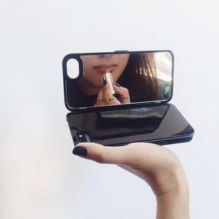 Une coque avec un miroir de maquillage intégré