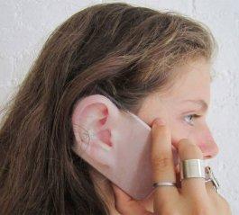 Une coque avec la forme de l'oreille