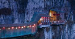 Restaurant au dessus de la rivière Chang Jiang, Chine (pour manger au dessus du vide)
