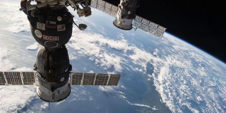 Le cargo Progress M-27M ressemble à celui-ci, ici arrimé à la Station spatiale internationale.